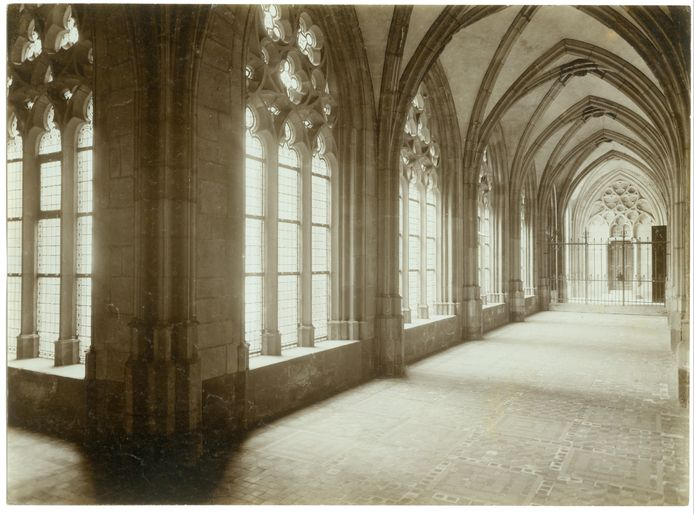De kloostergang in 1903, sfeervol vastgelegd.