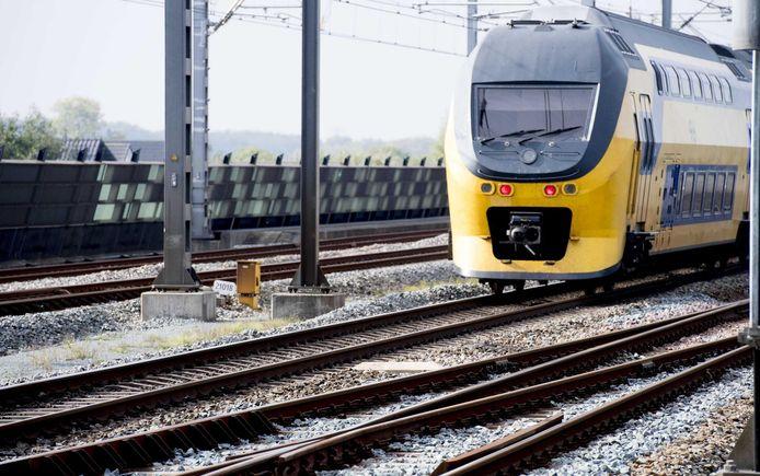 Een NS-trein op het spoor bij station Utrecht Centraal.