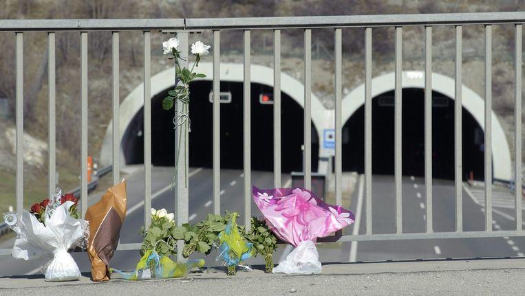 Bloemen bij de ingang van de tunnel. Beeld EPA