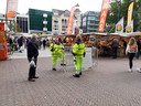 Veel mannen en vrouwen in gele pakken, maar weinig gewoon volk op de Vredenburgmarkt.