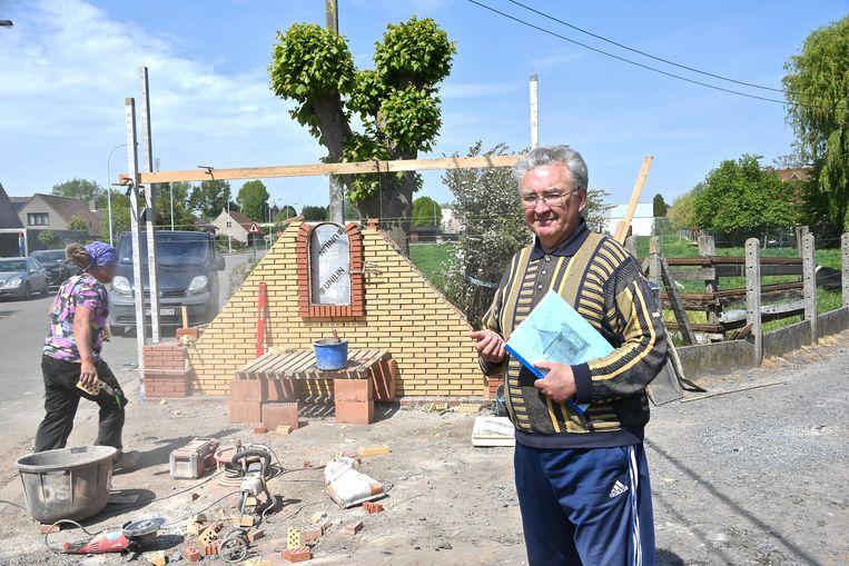 Rufin Bostyn aan de kapel in de Prinsenstraat, die in september 2019 beschadigd raakte nadat die werd aangereden.