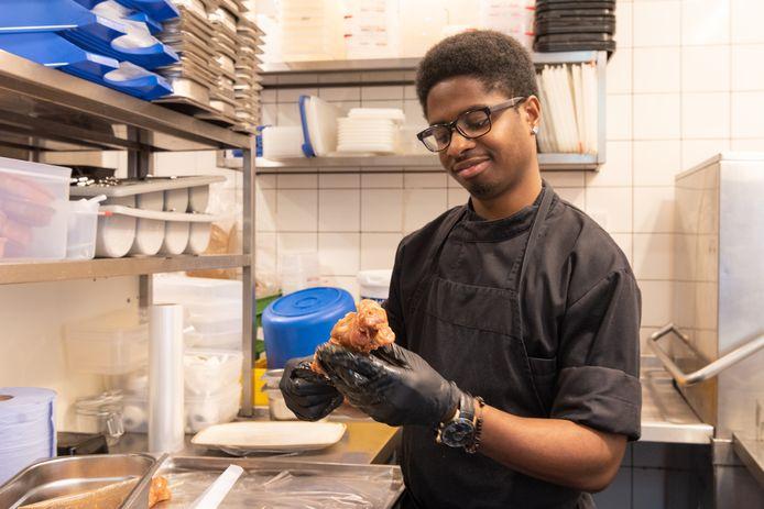 Roshendy zorgt met zijn collega's van Eetkamer Van Zanten in de keuken voor smakelijke gerechten.