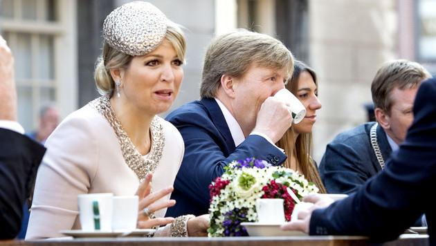 Koning Willem-Alexander en koningin Maxima drinken gezellig een kopje koffie tijdens een bezoek aan de stad Groningen