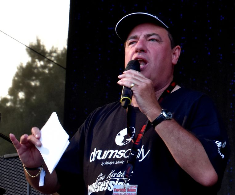 Presentator en KVK-stadionomroeper Gerrit Grobben, hier op een foto als presentator van Kortrijk Drumt.
