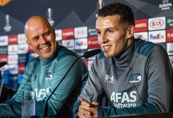 Coach Arne Slot en Oussama Idrissi tijdens de persconferentie in aanloop naar de Europa League wedstrijd tegen Partizan.