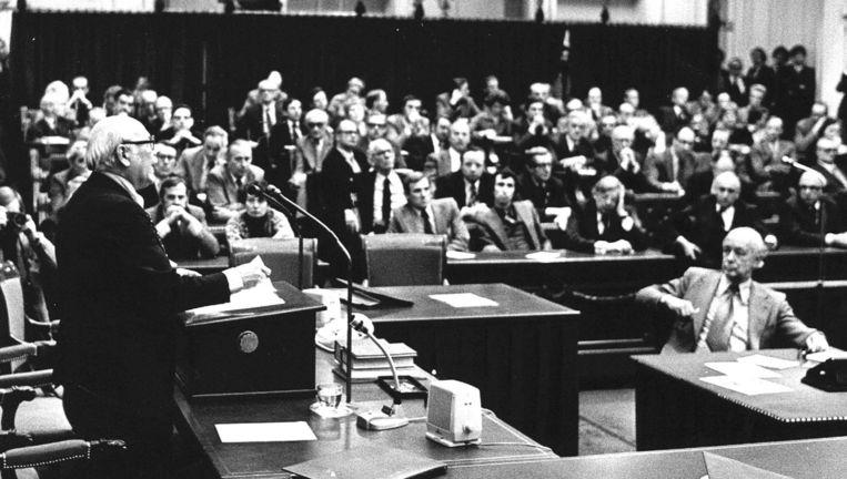 Premier Den Uyl (PvdA) laat de Tweede Kamer weten dat zijn kabinet is gevallen, 22 maart 1977. Beeld null