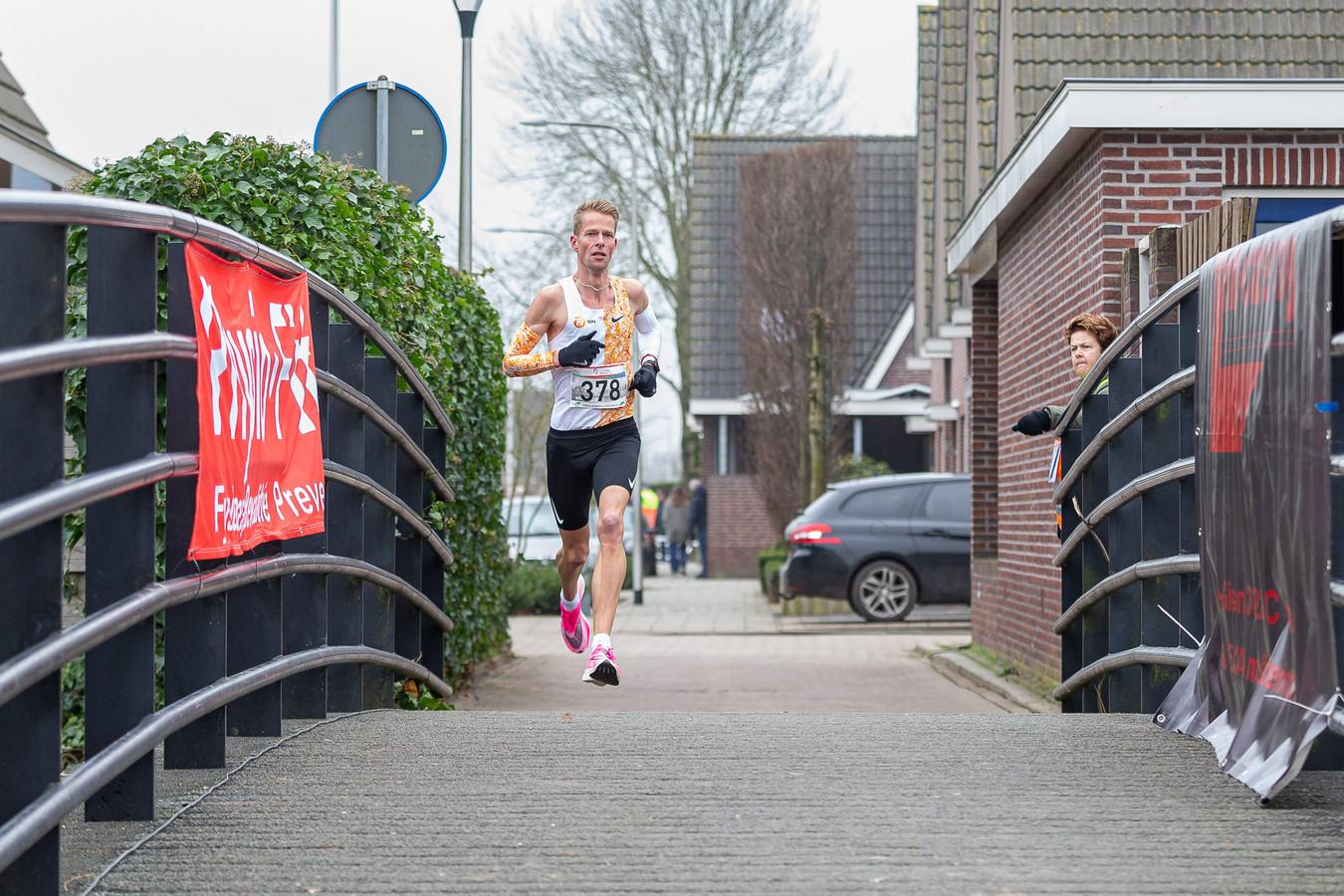 Roy Hoornweg op weg naar de zege in de Dirk IV-loop in Hoornaar, waar hij het parcoursrecord verpletterde.