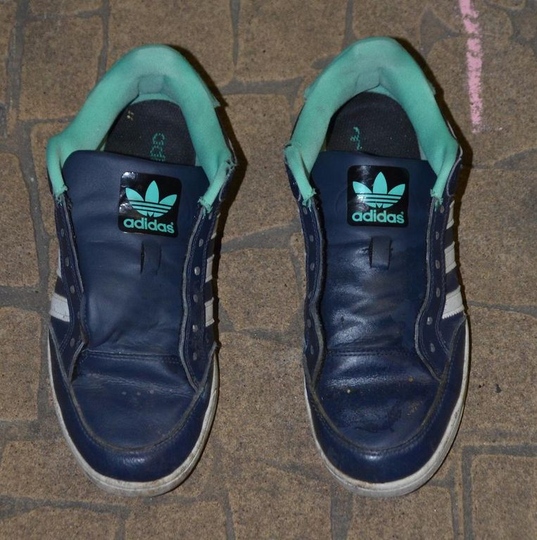 Tijdens zijn vlucht verloor de dader zijn beide sportschoenen: donkere baskets met groene afwerking en drie witte strepen, van het merk Adidas.