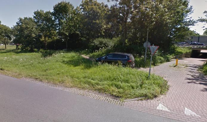 Het klinkerpad bij het viaduct onder de A27 richting Meerkerk.