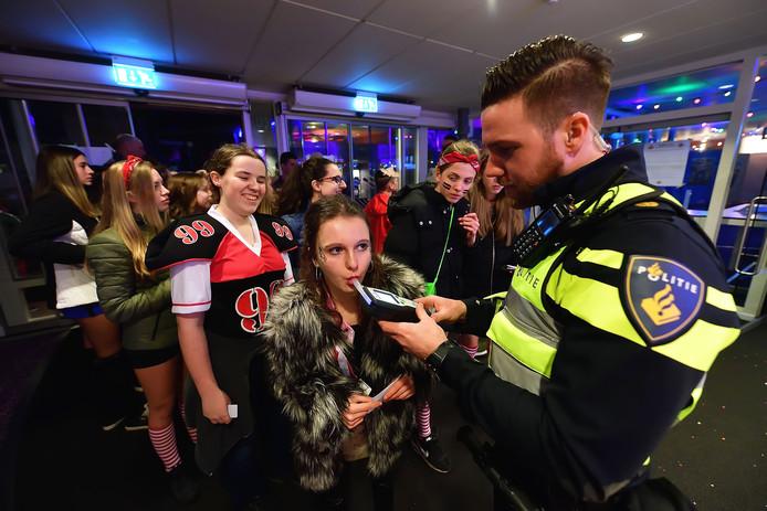 Vorig jaar moest de jeugd voor het eerst blazen bij het Sjansbal. Agent Koen Vromans neemt de test af van Mirthe.