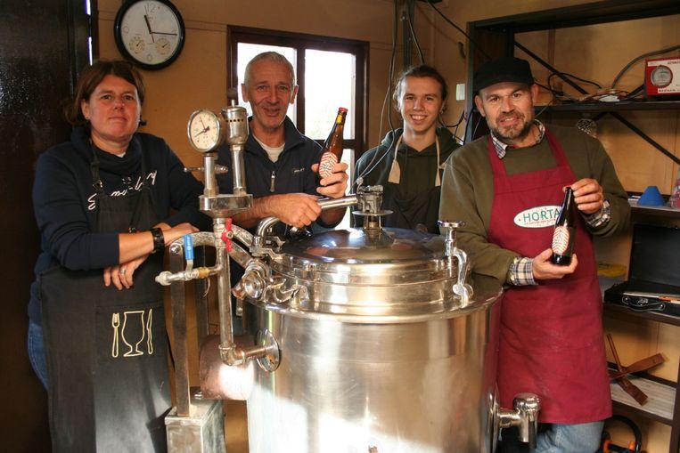 Medewerkers aan het brouwproject 'Moutgaarden, met Kris Hendrickx in het midden en Yves Willems rechts.