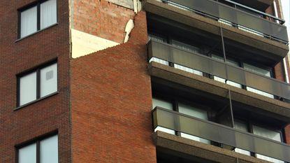 Gevel komt los: brokstukken belanden op auto en appartement