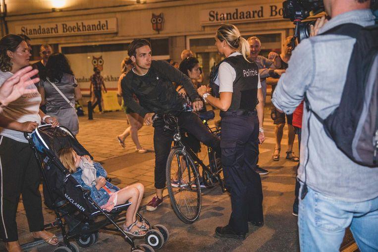De politie vroeg de fietsers om af te stappen in de Feestenzone. Boetes werden er niet uitgedeeld.