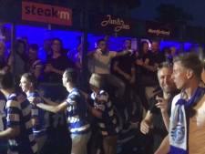 Spelers De Graafschap rijden met open wagen door straten van Doetinchem