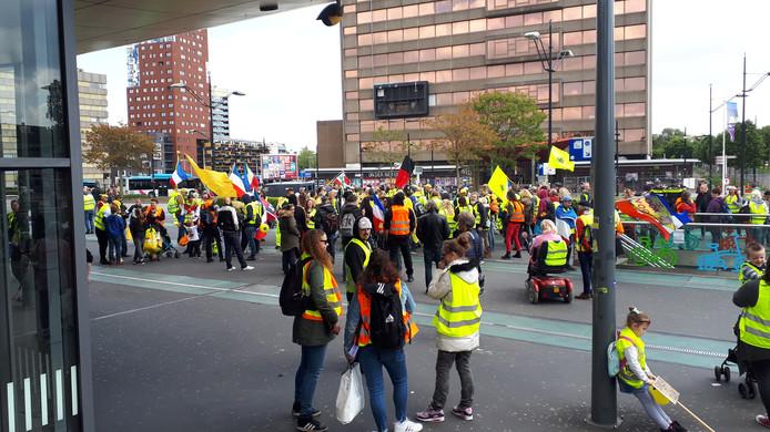 Gele Hesjes verzamelen zich op het stationsplein in Nijmegen voor een demonstratie.