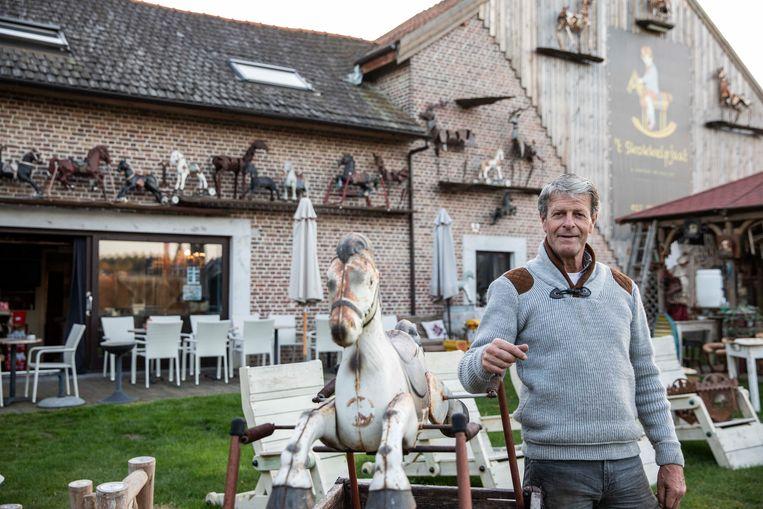 Paul Moers bij één van zijn zelfgemaakte schommelpaard.