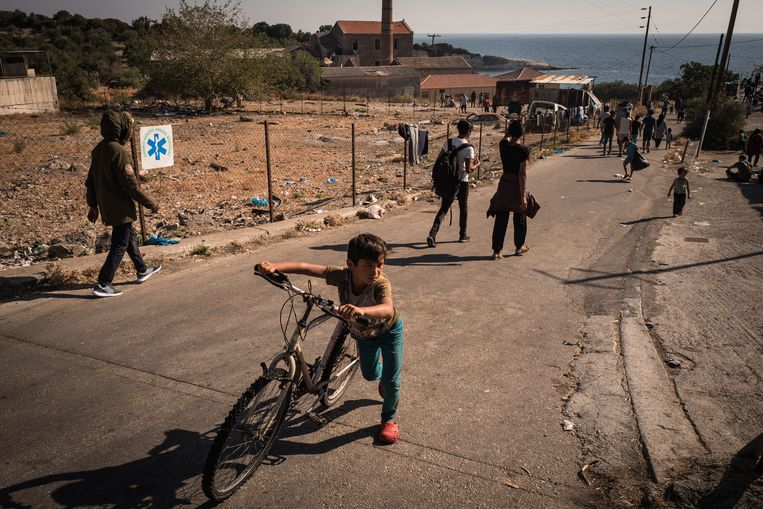 Vluchtelingen in de buurt van kamp Moria. Beeld Nicola Zolin