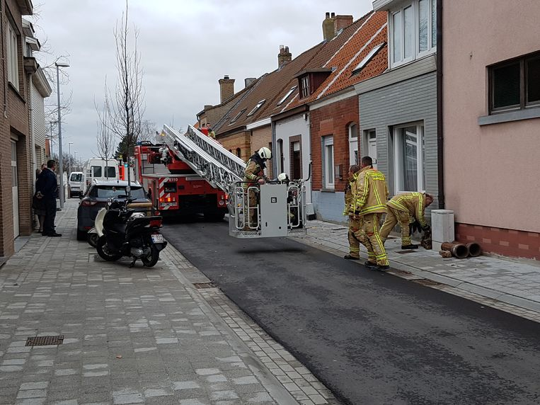 De brandweer kon de schoorsteen snel afbreken om ongevallen te vermijden.