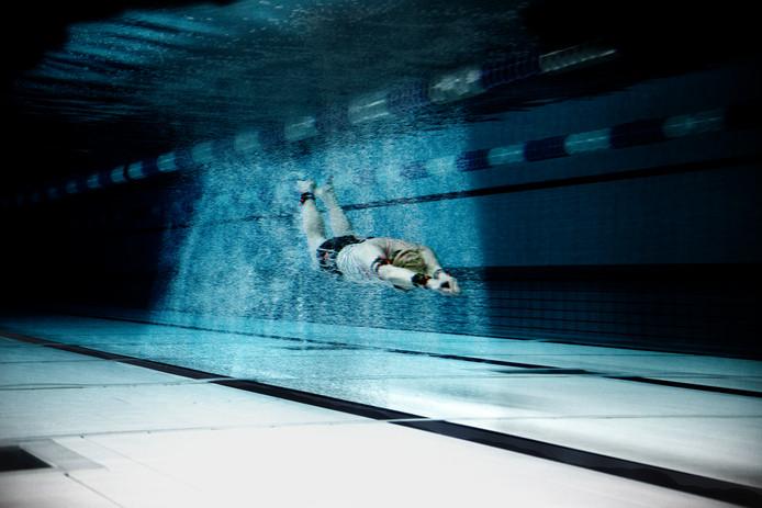 Josje van Houwelingen zwemt door het door haar ontwikkelde bellengordijn.