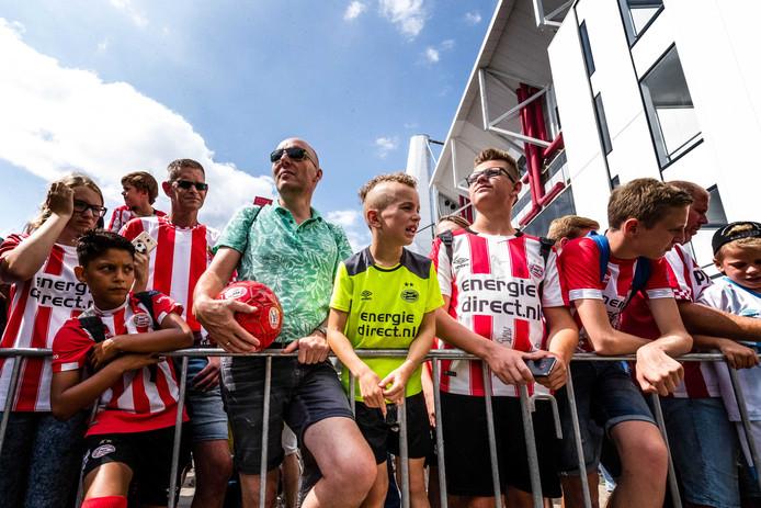 Iedereen mag zich aanmelden voor de auditie van Energiedirect in het Philipsstadion op 17 augustus om het clublied te zingen.