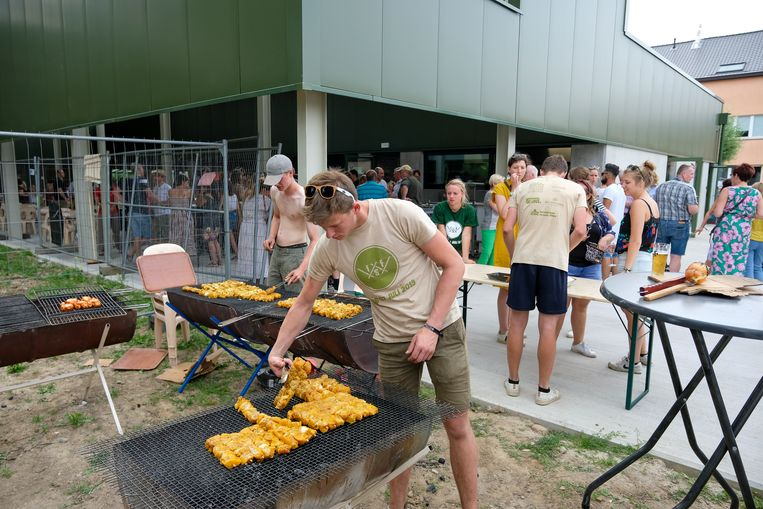 De nieuwe lokalen werden meteen ingehuldigd met een feestelijke barbecue.