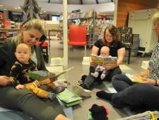 Met de baby een boekje lezen in Renkumse bieb