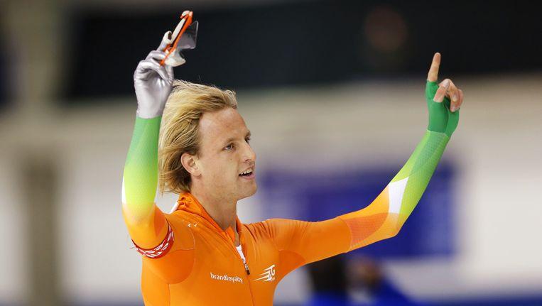Ronald Mulder juicht na het winnen van de 500 meter tijdens een World Cup in Calgary, november vorig jaar. Beeld AFP
