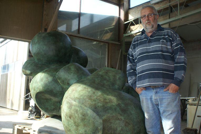 Beeldhouwer Luc Ledene in zijn atelier in Eggewaartskapelle.