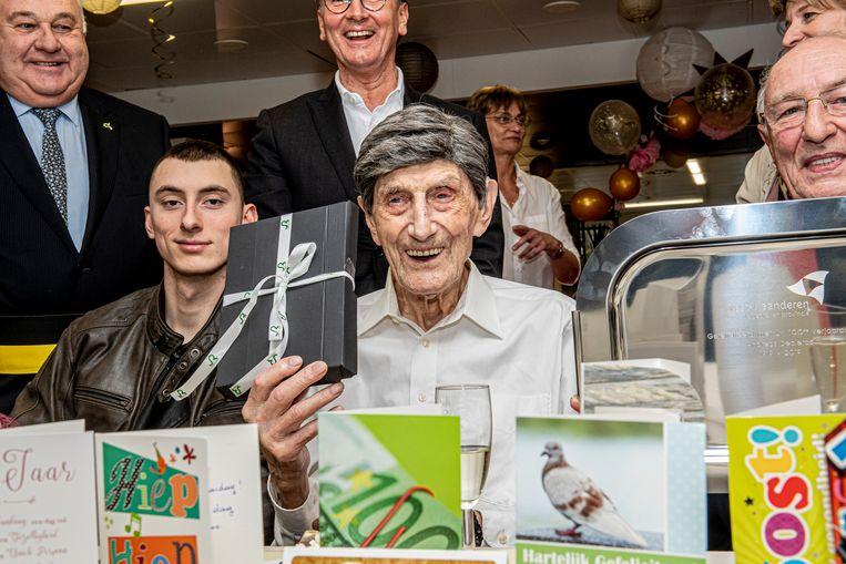 De 100-jarige Andreas Declercq kreeg heel wat kaartjes en cadeautjes.