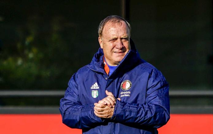 Dick Advocaat bekijkt met een goedkeurende blik de training van Feyenoord.