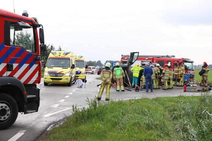 Hulpdiensten zijn ter plaatse nadat twee auto's op elkaar zijn gebotst tussen Ens en Kraggenburg.