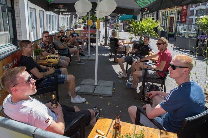 Het terras van café De Slinger in Wijhe.
