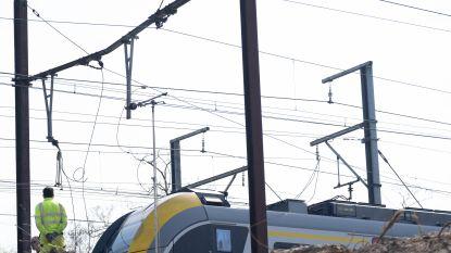 Trein valt stil door beschadigde bovenleiding: dertig pendelaars geëvacueerd