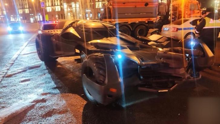 'Veel te grote' Batmobile weggesleept in Moskou
