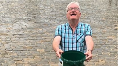 """Pol Van Den Driessche (N-VA) houdt woord en haalt emmers boven: """"Elke druppel telt"""""""