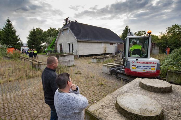 De ontmanteling  van de woonwagen aan de Oosterlandenweg in IJsselmuiden. Joop Descende en Everlien Spelthuis kijken toe.