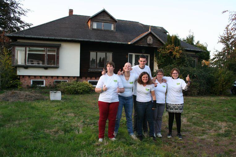 De eerste zes bewoners van 'Villa Vief' op het terrein waar hun toekomstige thuis wordt gebouwd.