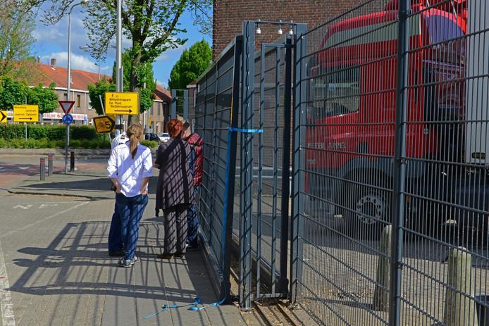 De politie praat met mensen na het ongeval met het Albert Heijn-hek aan de Jan Heijnsstraat in Tilburg.