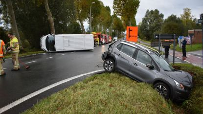 Spectaculair verkeersongeval op N42: bestelwagen Bpost duwt auto in gracht en kantelt
