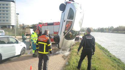 VIDEO: Omstaanders bevrijden bestuurder en passagier uit gecrashte auto in Watersportbaan