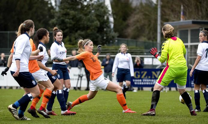2019-01-05 12:44:23 HAARLEM - Anouk Hoogendijk maakt de 3-1 tijdens de traditionele nieuwjaarswedstrijd van Royal Haarlem All-Stars en de ex-Oranje Leeuwinnen.