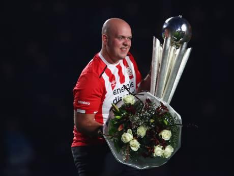 PSV huldigt wereldkampioen Michael Van Gerwen zondag tijdens PSV-Feyenoord