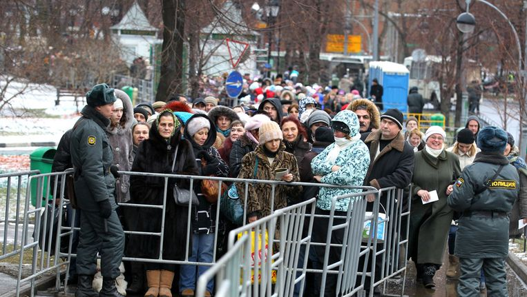 Massale belangstelling in Moskou voor een relikwie in de Christus de Verlosserkathedraal. Beeld afp