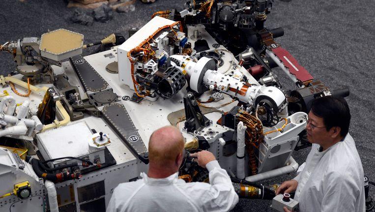 Onderzoekers bij het testmodel van de Curiosity. Beeld epa