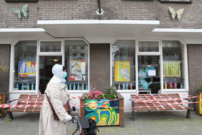 Het aantal overleden bewoners bij verpleeghuis De Leeuwenhoek in het Rotterdamse centrum zou razendsnel oplopen, zo melden meerdere familieleden. Vooral op de eerste verdieping met demente bewoners zou het coronavirus hard om zich heen slaan. Daar zou meer dan de helft van de Rotterdamse ouderen zijn overleden.