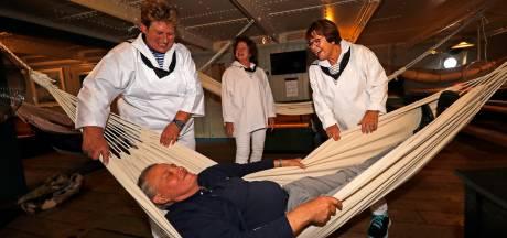 Voormalig marineman Jan Snoek (76) slaapt na zestig jaar weer in hangmat op de Buffel