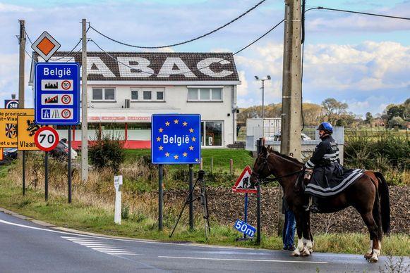Archieffoto. De federale cavalerie patrouilleert aan de Franse grens in Adinkerke.