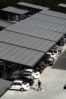 Grote parkeerplaats met zonnepanelen in Spijkenisse