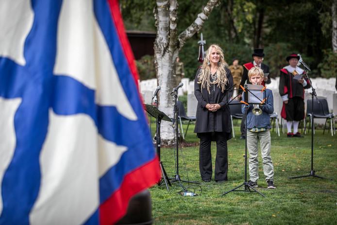 Oskar van de Sluis van het Geldrops MuziekCorps speelt op zijn trompet het Nederlands volkslied. Links naast hem Audrey Smits die het volkslied van het Verenigd Koninkrijk zong.