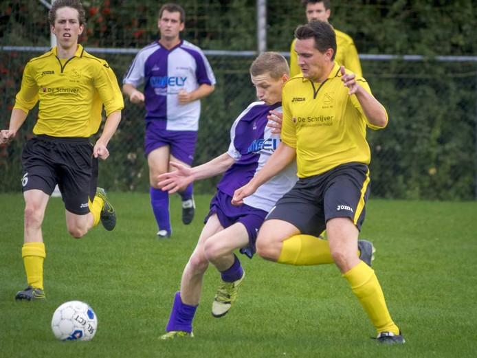 Vanaf de eerste minuut was SDO'63 (gele shirts) de bovenliggende partij op bezoek bij Terhole. Het werd 0-3. FOTO Ronald den Dekker